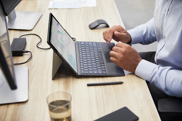 마이크로소프트의 '서피스 프로 7(Surface Pro 7)'를 사용해 업무를 하는 모습 [사진제공=마이크로소프트]